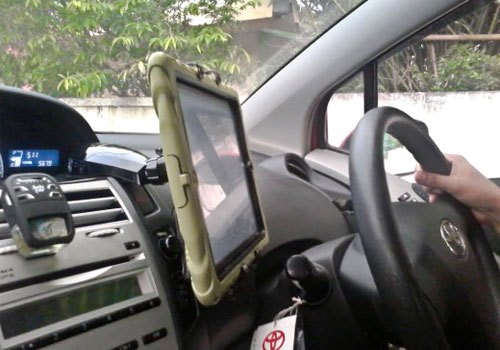 tablet-car-mount-close-trendy-gadget